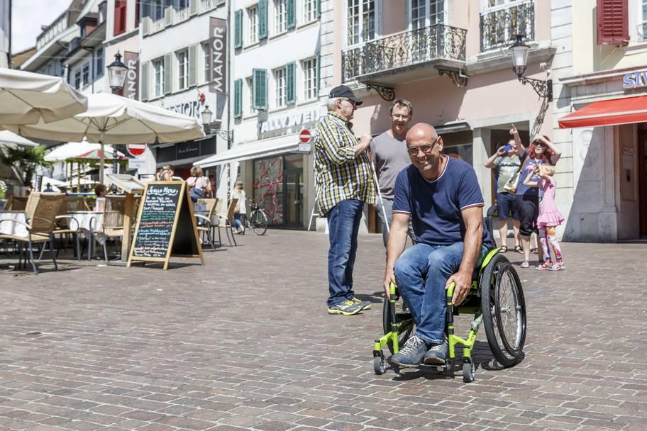 Märetplatz Solothurn: Rollstuhlfahrer Stefan Keller zeigt Tempo.