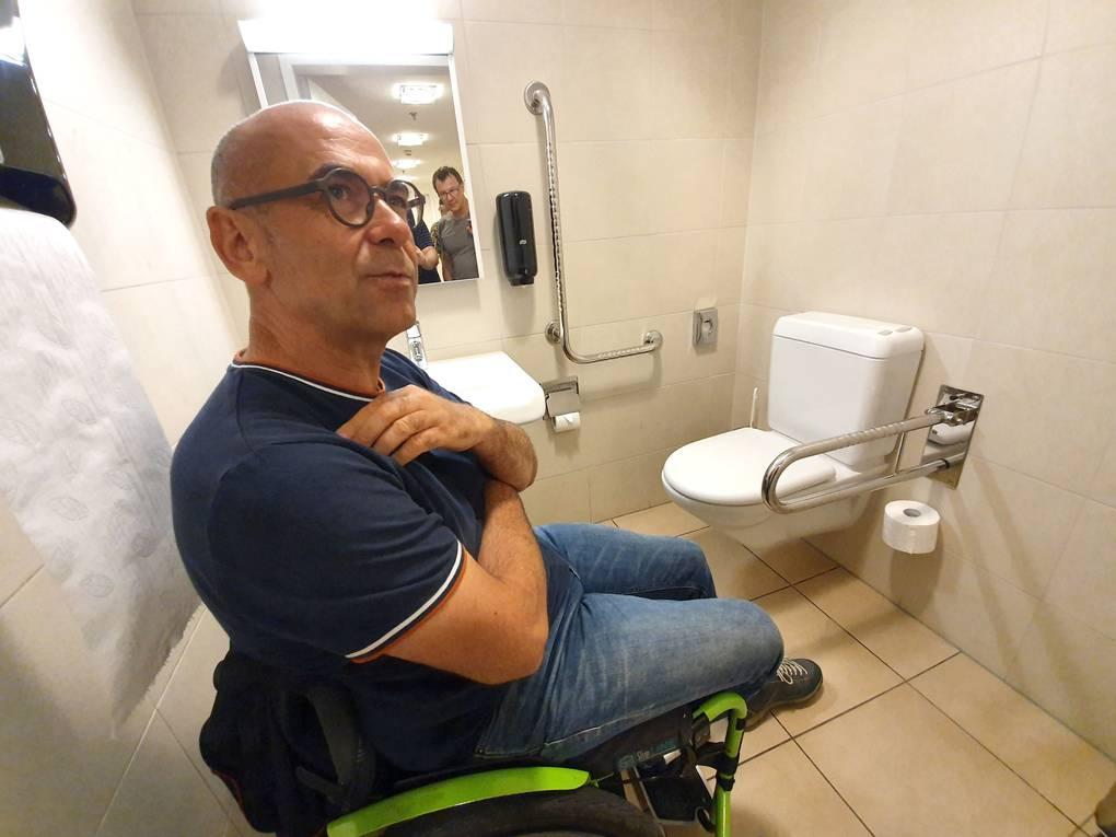 "Nette Toilette: Stefan Keller rühmt diese ""Nette Toilette"". Simpel, ohne störanfälligen elektrischen Hilfsmittel."