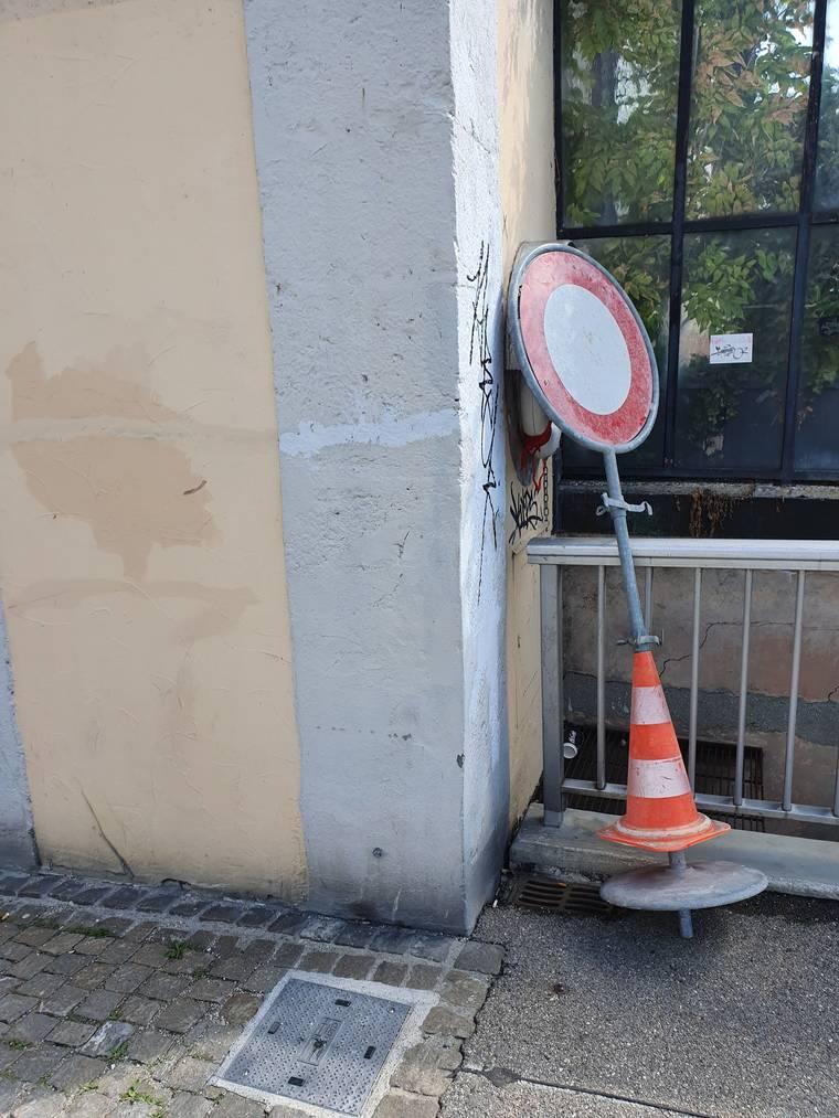 Kreuzacherbrücke: Auf der Kreuzacherbrücke orientiert sich ein Sehbehinderter am Brückengeländer - die vorstehende Mauer am Schluss sorgt für einen jähen Stopp.